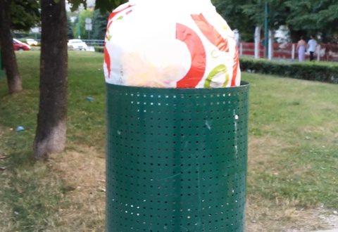 Vrećica sa kućnim otpadom se odlaže u kontejner, male korpice služe za papiriće, omote od čokolade i slično