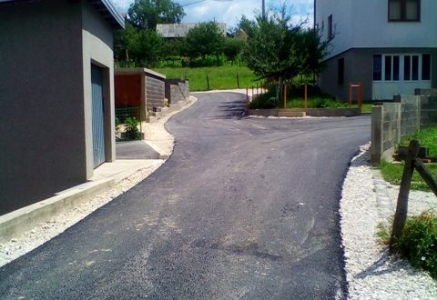 Novi asfalt na Plandištu, završna faza radova na izgradnji isključne trake u Povezicama
