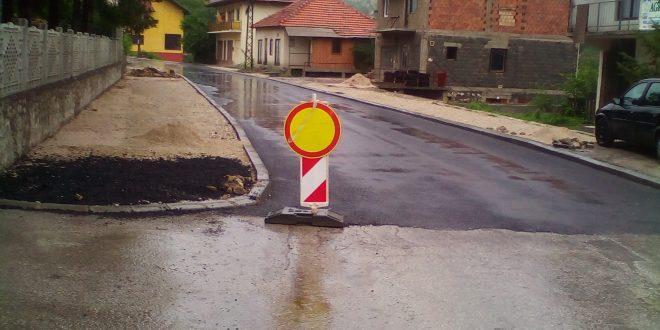 AKTUELNI RADOVI: Izvršeno asfaltiranje prvog sloja dionice puta u Ul. Mehmeda Skopljaka