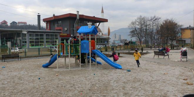"""U toku izgradnja igrališta u blizini OŠ """"Mula Mustafa Bašeskija"""" Kakanj: Počele aktivnosti na postavljanju mobilijara za igru i zabavu"""