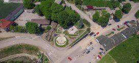 Povodom Dana šehida: Ploče sa imenima šehida i poginulih boraca u Gradskom spomen-parku u Kaknju postavljene su tako da asociraju na latice cvijeta