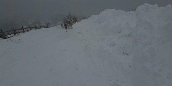 Ponijeri (Vrhevlje), četvrtak 20.april 2017.godine, 13:30 sati, na putu koji vodi do Ponijera zimska službi radi punim kapacitetom, ali je nužno koristiti i zimsku opremu, bez zimske opreme ne krećite na Ponijere