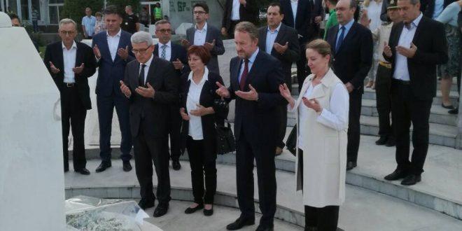U znak poštovanja prema kakanjskim šehidima i kakanjskom zalaganju i žrtvi za opstanak i napredak države BiH, predsjedavajući Predsjedništva BiH Bakir Izetbegović položio je 7. juna 2018. godine cvijeće na kakanjska spomen-obilježja