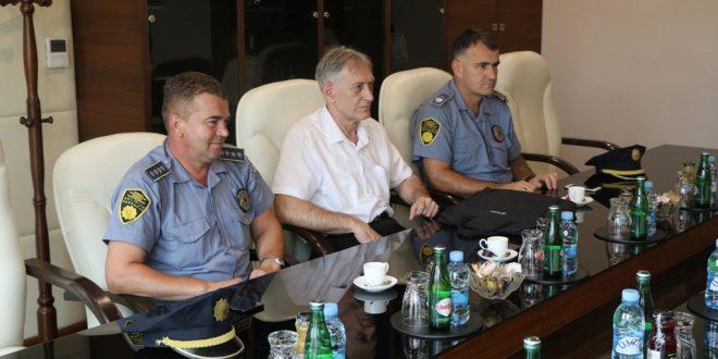 Gosti u uredu načelnika bili ministar unutrašnjih poslova ZDK Nikola Arsenić, načelnik Sektora uniformisane policije ZDK Esnaf Buza i komandir Policijske stanice Kakanj Vahidin Topalović