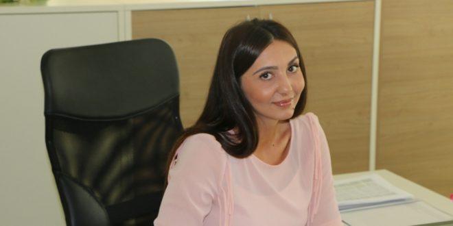 Sjećate li se izvještaja medija iz juna 2016. godine o Romima koji su ponos društva: Dalila Ahmetović koja je magistrirala desetkom je već nekoliko mjeseci dio tima kakanjske općinske administracije