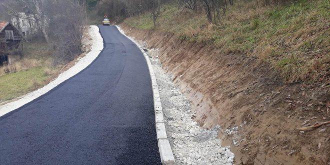 U toku završni radovi na asfaltiranjuceste Grebci-Šeperci u Mjesnoj zajednici Poljani