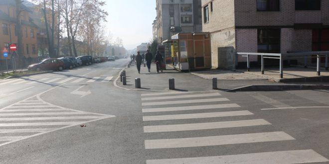 Tragedija koja se nedavno dogodila u Novom Travniku pokazuje da kakanjska praksa stalnog smanjenja rizika u saobraćaju ima opravdanu svrhu: Podsjećanje na visoke ivičnjake na kakanjskoj glavnoj ulici, na stubiće na trotoarima, na video-nadzor, na nabavku mobilnog rada i instrumenta za alkotestiranje