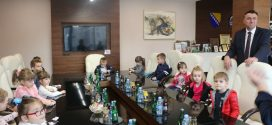 """Mališani iz vrtića """"Mladost"""" u posjeti načelniku Općine Kakanj"""